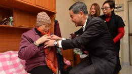 Amid cold weather, Chief Executive Leung Chun-ying seeks to warm the heart of an elderly woman, who lives alone in a Wah Fu public housing estate.
