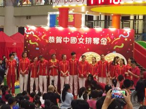 Making a stunning comeback to win the gold medal at the Rio Olympics after 12 years, the Chinese women volley team receive warm welcome from fans and residents at a shopping arcade on Sunday.