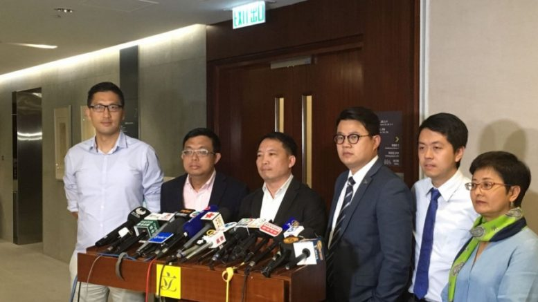 Democratic Party chairman Wu Chi-wai (third from left) says sorry for his remarks on a amnesty for Occupy participants.