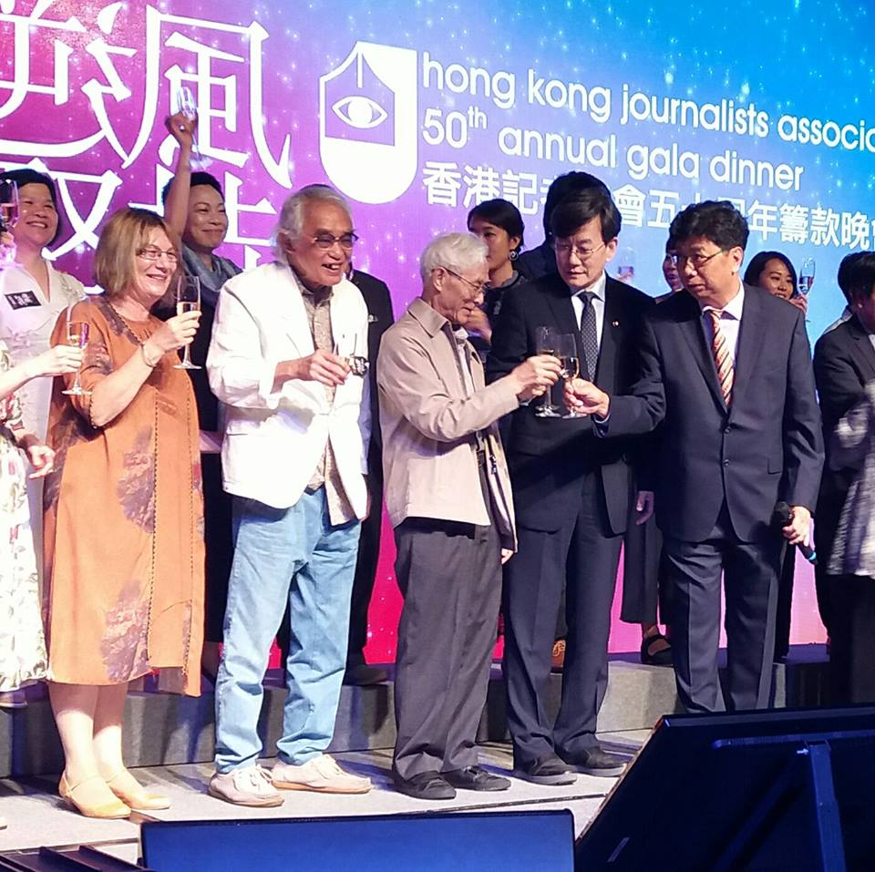 HKJA office-bearers propose toast with Sohn Suk Hee (second from right on front row), head of news department of South Korea's JTBC, and veteran photographer Chan Kiu (middle) at 50th Anniversary Gala Dinner on May 19.