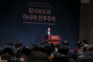 Chris Yeung speaks at the SISAIN Korea Journalism Conference in Seoul.