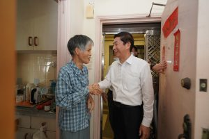 Liaison Office director Luo Huining visits a grass-roots family.